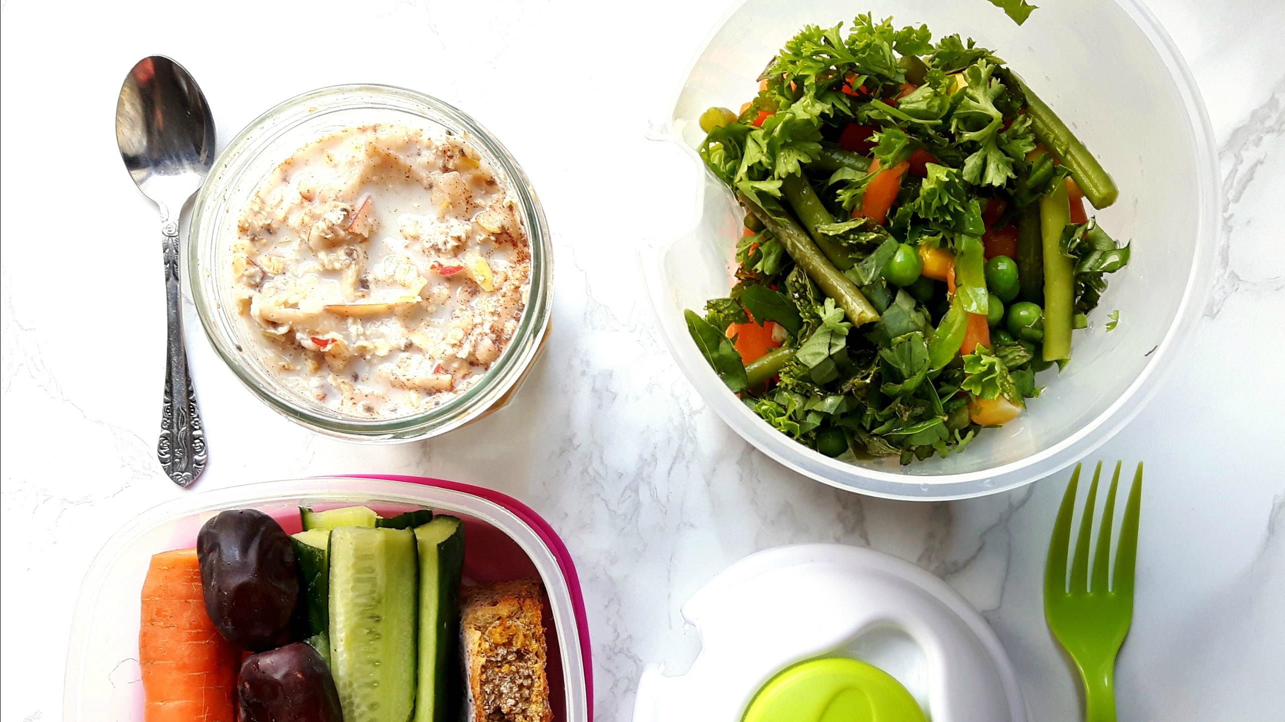 Lunch to-go: Couscous salade met diepvriesgroenten, gerookte kip en verse kruiden dressing