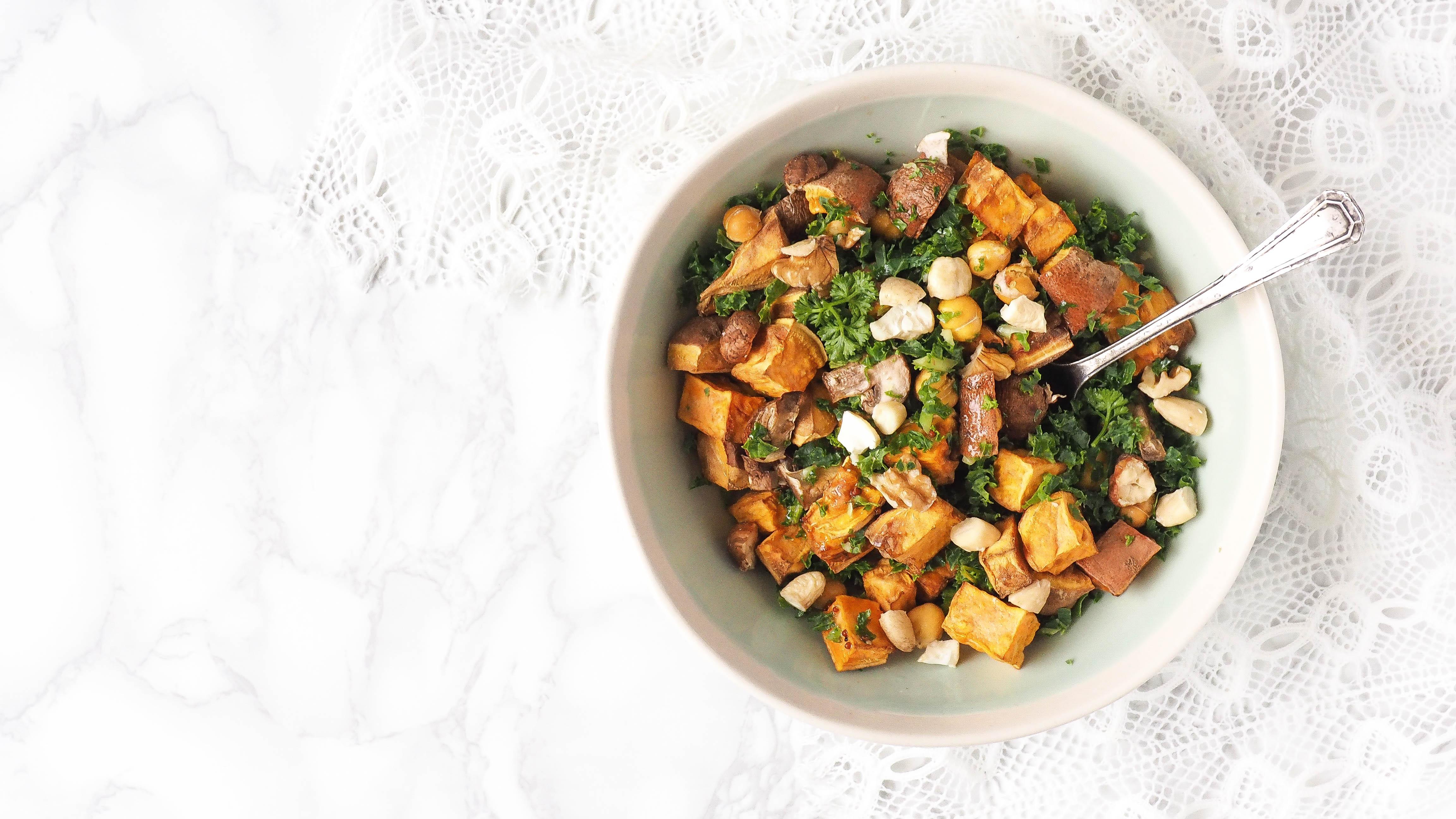 Recept: Zoete aardappel boerenkool salade met geroosterde kikkererwten