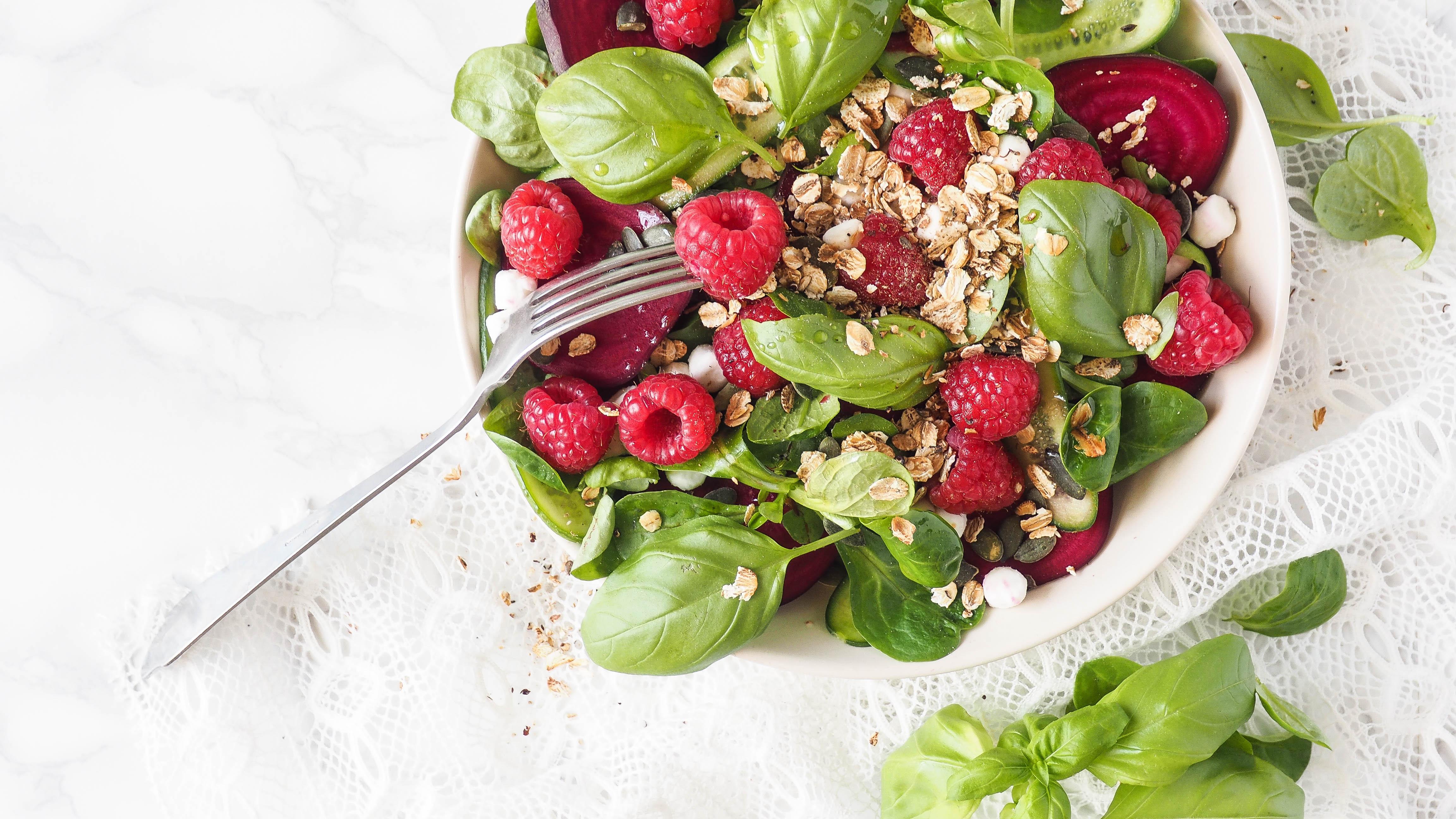 Recept: Zomerse salade met geitenkaas, bietjes en frambozen