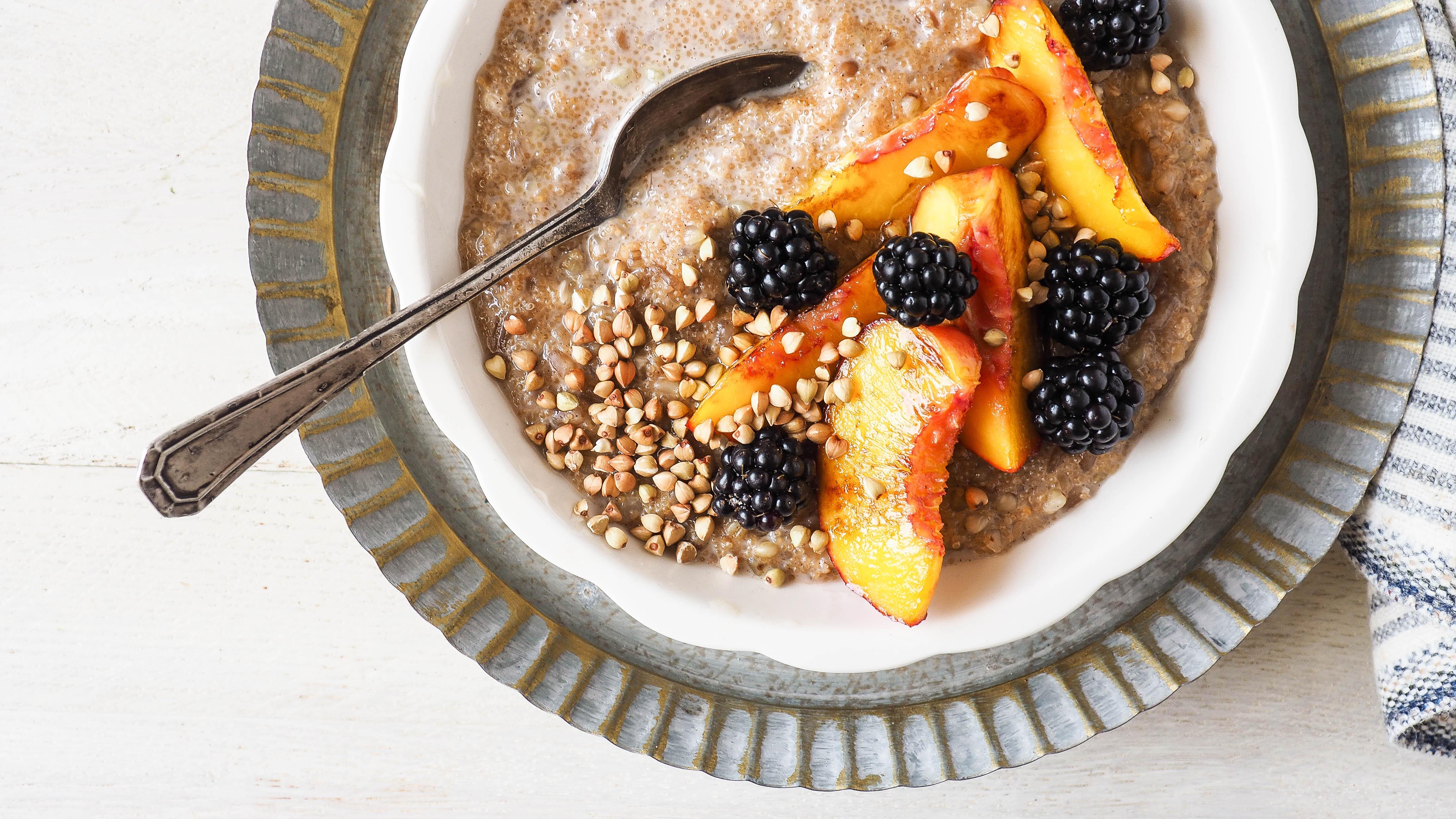 Recept: Vier granen pap met gebakken perzik