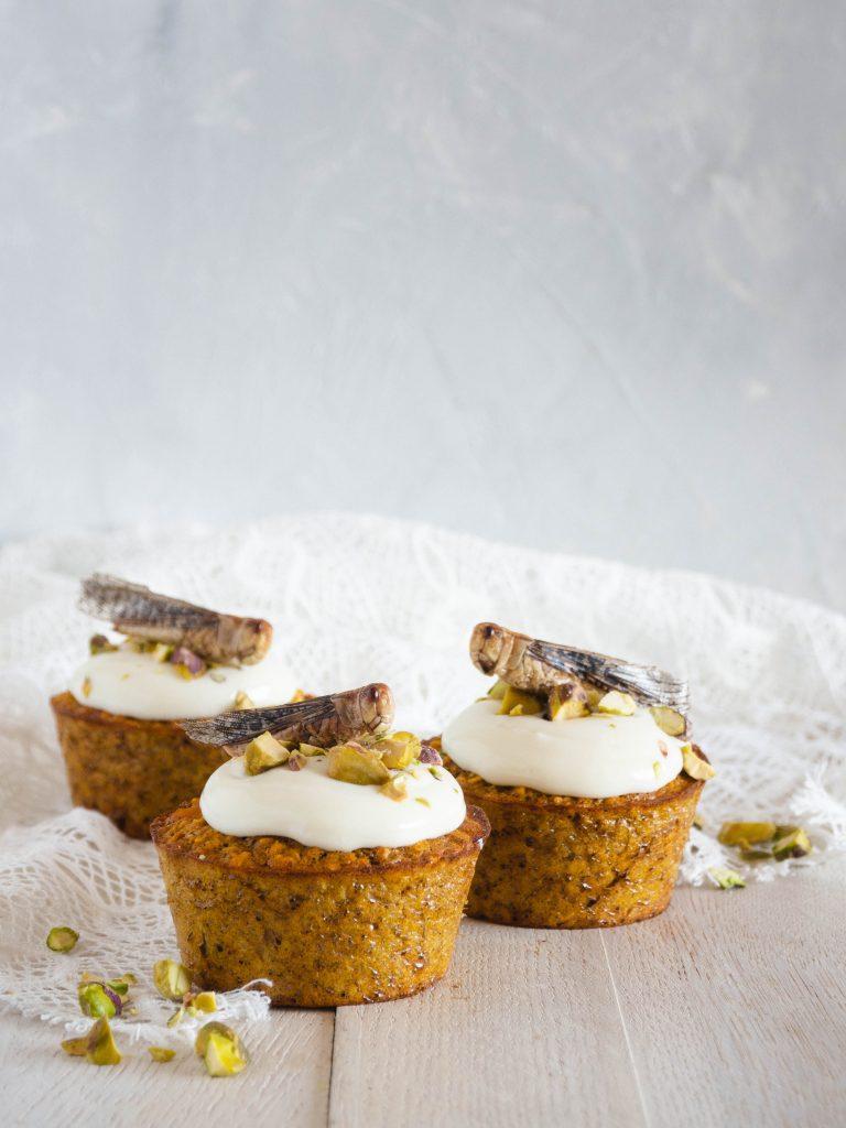 Pompoen witte chocolade muffins met sprinkhanen