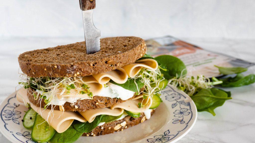 Veggie sandwich met vegetarische kip en artisjok spread
