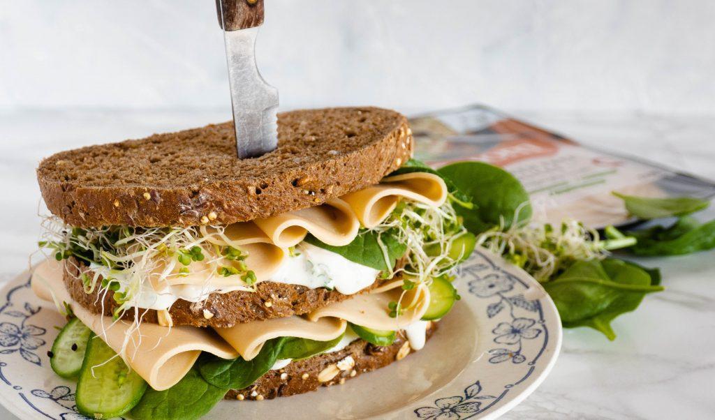Recept: Veggie sandwich met vegetarische kip en artisjok spread