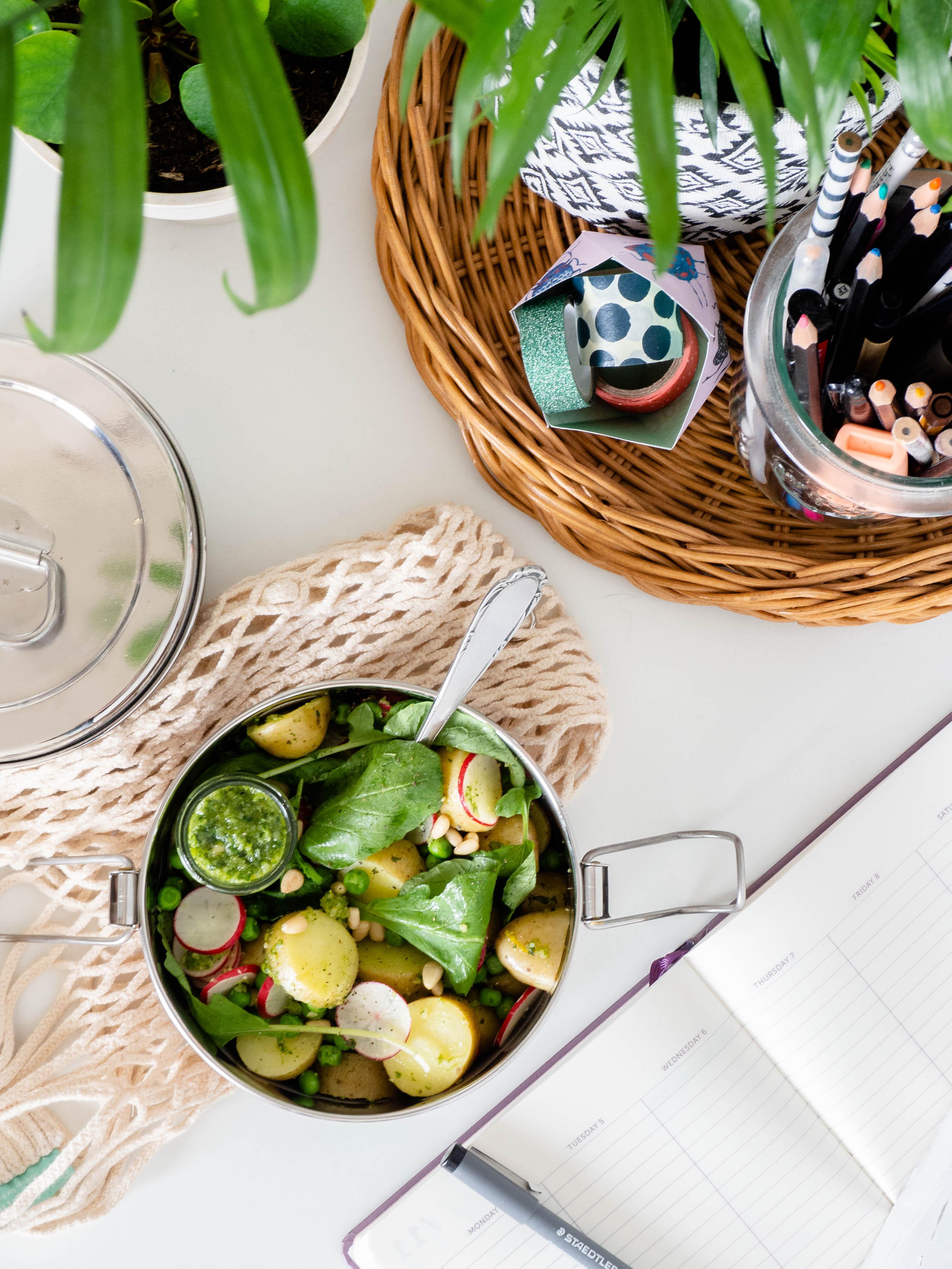 Aardappelsalade met radijsjes, doperwten en pesto