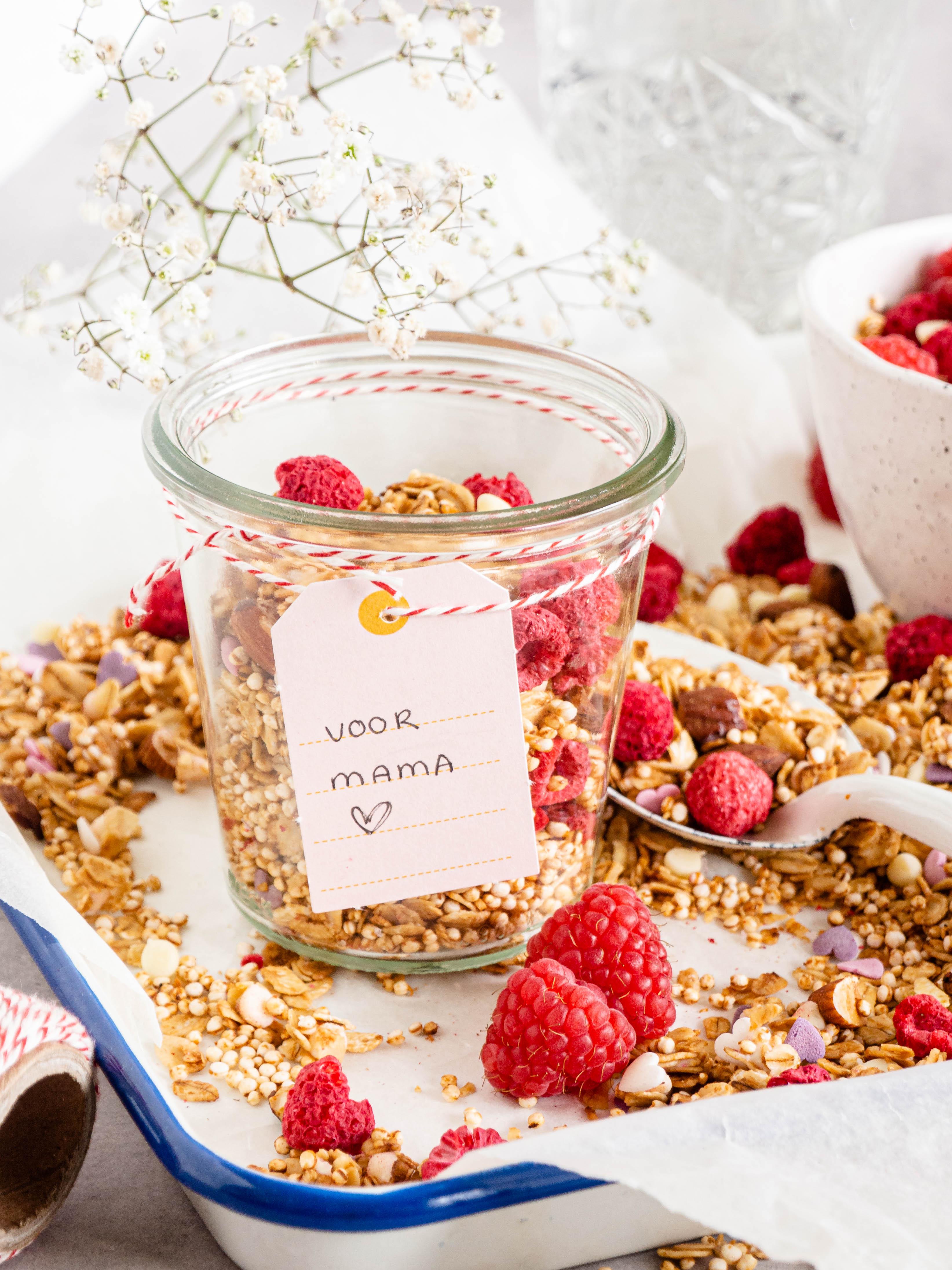 Granola met frambozen en witte chocolade